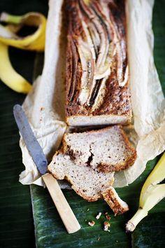 """Amerikkalainen Banana bread, """"banaanileipä"""", on nimestään huolimatta useimmiten kahvikakkumaisen makea leivonnainen. Tämä versio ei ole yltiömakea, se sopii amerikkalaiseen tapaan nauttivaksi aamiaisellakin."""