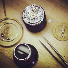 Assembling a Minute Repeater : the adjustment of the striking mechanism is one of the most delicate operations for a watchmaker, requiring nimble fingers and a particularly acute ear. The fruit of exhaustive acoustic research, the Girard-Perregaux Minute Repeater mechanism benefits from three specially designed aspects of the construction of the watch-case.