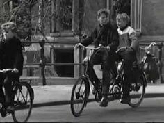Fietsen (1965) door Ed van der Elsken. (EYE) Deze short brengt het alledaagse van fietsen op een interessante manier in beeld. Door de lange shots en de cross over fades krijg je het gevoel alsof je een lange stoet volgt. Dit wordt nog extra versterkt doordat je vaak van voren of van achter op de personen kijkt. Hierdoor zit je als kijker als het ware in de stoet.