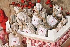 24 Adventsüberraschungen in einer Kiste: Mit unserer Nähanleitung für diesen besonderen Adventskalender kann der Countdown bis Weihnachten starten! Anstelle von öden Adventskalender-Türchen zeigen wir dir, wie du hübsche Geschenksäckchen selber nähst und in einer weihnachtlichen Kiste verpackst.