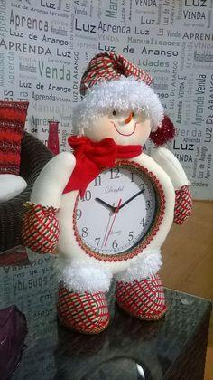 Aprende a como hacer reloj con muñeco navideño Felt Christmas Decorations, Christmas Fabric, Christmas Centerpieces, Christmas Snowman, Christmas Holidays, Christmas Ornaments, Christmas Albums, Christmas Projects, Snowman Crafts