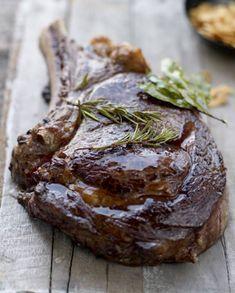 Recette Côte de boeuf rotie à basse température : Placez la grille dans le four au-dessus de la lèchefrite et préchauffez à th. 3-4/110°. Dans une grande poêle chaude, posez la côte de bœuf sans matière grasse et faites-la colorer sur feu vif 2 mn de chaque côté, puis retirez la viande ...