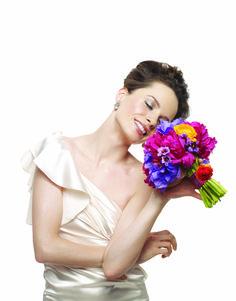 Jednoduše okouzlující!  Použitá dekorativní kosmetika:  Oči – minerální oční stíny Granite a Honey Spice; černá konturovací tužku a černá voděodolná řasenka Lash Love™ Tváře – minerální tvářenka Shy Blush Rty – konturovací tužka Soft Blush a krémová rtěnka Frosted Rose