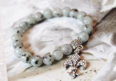 Wunderschönes Armband aus Lotus Jasper kombiniert mit einer mit Strasssteinen verzierten französischen Lilie. Aufgezogen wurden die Perlen auf ein ...