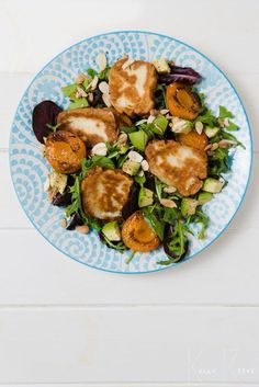 Halloumi Salad is easy to prepare but with the addition of grilled apricots, avocado and almonds even the hardy meat eaters would love this vegetarian meal. Vegetarian Starter Recipes, Vegetarian Starters, Vegetarian Soup, Veggie Recipes, Cooking Recipes, Healthy Recipes, Fried Halloumi, Halloumi Salad, Prosciutto