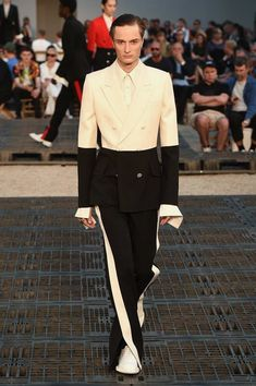 Sarah Burton showed her Spring/Summer 2019 collection for Alexander McQueen during Paris Fashion Week. Male Fashion Trends, Best Mens Fashion, Mens Fashion Suits, Runway Fashion, Paris Fashion, Jackets Fashion, Fashion Shirts, Fashion Photo, Fashion Ideas