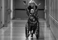 Uma história de amor de grande beleza, mas absolutamente devastadora. Assim é A Mother's Journey, a série fotográfica vencedora de um Prêmio Pullitzer, da autoria de Renée C. Byer. Durante um ano, a fotógrafa acompanhou a luta de uma mãe, Cyndie French, contra o câncer de seu filho, Derek, com apenas 10 anos de idade. As imagens são bastante fortes, retratando momentos passados no hospital, entre exames e preparação para cirurgia, mas também instantes de lazer entre mãe e filho, como quando…