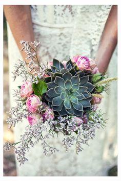 oversized succulent bouquet with boho style accents \ bouquet de mariée boheme champetre succulente
