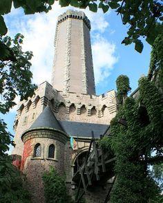 Nur Mut schwächt das Böse seid stark  wenn ihr ihm begegnet dort oben im Turm  von Mystery Castle.  #phantasialand #themepark #mysterycastle #fun #scream #fear #happy #friends #family #bungeedrop by phantasialand