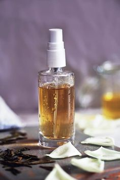 Off With A Hydrating DIY Face Mist Make a daily hydrating DIY face mist with green tea that's full of antioxidants and soothes irritated skin.Make a daily hydrating DIY face mist with green tea that's full of antioxidants and soothes irritated skin. Crema Facial Natural, Natural Face, Natural Skin Care, Natural Beauty, Diy Face Mist, Diy Cosmetic, Green Tea Face, Diy Masque, Hair Without Heat