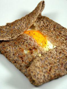 Galette bretonne : pour la pâte : 500 g de farine de blé noir, 150 g de farine de froment, 1 oeuf, 2 c à s d'huile, 2 c à c de sel, 1,5 litre d'eau. Pour la garniture : jambon, oeufs, gruyère.