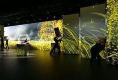 Inszenierung der Mercedes V-Klasse mit Projection Mapping auf mobilen Bühnenelementen