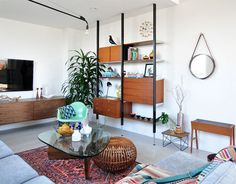 Mid Modern Century living - what is that wall unit I have to have it Table Basse Noguchi, Noguchi Coffee Table, Isamu Noguchi, Modern Classic, Mid-century Modern, Organic Modern, Modern Living, Etagere Design, Turbulence Deco