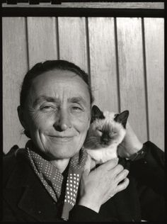 Georgia O'Keefe --Pablo Picasso, Andy Warhol, Frida Kahlo, so many great artists have one very furry thing in common: cats. Gathered here for the first time by editor Alison Nast Crazy Cat Lady, Crazy Cats, I Love Cats, Cool Cats, Georgia Okeefe, Pablo Picasso, Siamese Cats, Cats And Kittens, Siamese Dream