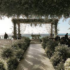Altar da cerimônia de casamento de Wesley Safadão e Thyane Dantas no Terminal Marítimo de Fortaleza. Decoração de casamento na praia.