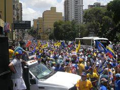 Miles de personas caminando por el progreso.