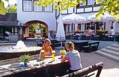 Vakantiepark Dorint & Sportresort Winterberg is een comfortabel 4-sterren vakantieresort met talloze wandelmogelijkheden in de directe omgeving. Het park is gelegen te midden van uitgestrekte bossen en heuvels, niet ver van de Kahler Asten (842 m) en op ca. 5 km van Winterberg. Er zijn vele faciliteiten die zich bevinden in het hoofdgebouw. Voor de nodige ontspanning is er een overdekt zwembad met apart kindergedeelte en een wellnesscentrum met o.a. sauna en stoombad. Officiële categorie…