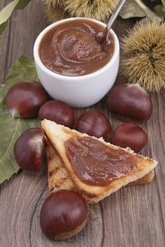 For the chestnut jam, peel the chestnuts first: carve each chestnut crosswise with a sharp knife on the curved side. Chutneys, Sweets Recipes, Healthy Recipes, Malta Food, Farmers Market Recipes, Tummy Yummy, Good Food, Yummy Food, Liqueur