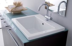 linea Zeus dettaglio lavabo in ceramica con top in cristallo acquamarina