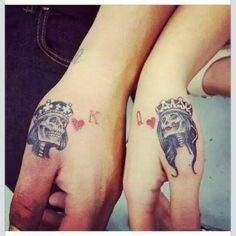Skull king queen couple hand tattoos ink-spiration парные татуировки, т Trendy Tattoos, Love Tattoos, Unique Tattoos, New Tattoos, Tattoos For Women, Tattoos For Guys, Couple Tattoos Love, Mains Couple, Art Couple