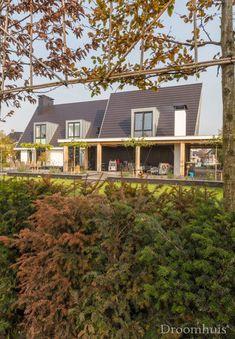 Schuurwoning Hardenberg-12(1) Garage Doors, Cabin, House Styles, Outdoor Decor, Bruno, Sims 4, Home Decor, House, Greenhouses