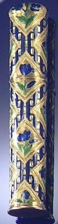 GOLD AND ENAMEL BODKIN CASE, CIRCA 1790. The cylindrical case decorated with an…