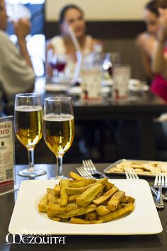 Berenjenas fritas crujientes.  www.bodegasmezquita.com White Wine, Alcoholic Drinks, Recipes, Beer, Food, Gastronomia, Lunches, Dinners, Eggplants