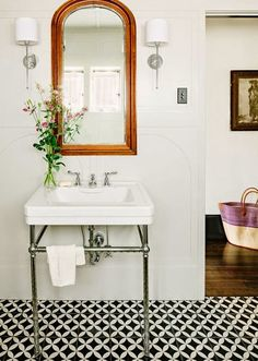 Love the sink and the mirrors.