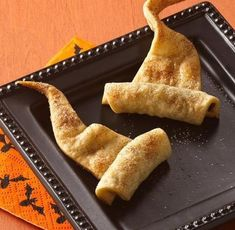 Make simple wizard hats out of crescent dough. 33 Cheap And Easy Ways To Throw An Epic Harry Potter Halloween Party Harry Potter Snacks, Harry Potter Fiesta, Décoration Harry Potter, Harry Potter Marathon, Harry Potter Theme Food, Harry Potter Halloween Party, Harry Potter Christmas, Harry Potter Birthday, Harry Potter Weihnachten