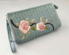 퀼트도안 : 네이버 블로그 Japanese Patchwork, Patchwork Bags, Quilted Handbags, Quilted Bag, Diy Bags Patterns, Quilt Patterns, Fabric Bags, Fabric Scraps, Diy Wallet