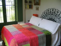 Just for the colours, no pattern included Flat Ideas, Quilted Bedspreads, Knitted Blankets, Home Collections, Bed Spreads, Knitting Projects, Bunt, Colours, Bedroom