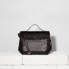 Say yes to new adventures with the Amelie satchel and its considered design. You won't lose your travel card again thanks to its front slip pocket!