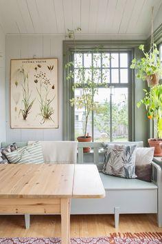 Trapanel kokssoffa sprojsade fonster - Home: Living color 2019 Dining Nook, Home And Deco, Trendy Bedroom, Cottage Style, Decoration, Modern Decor, Modern Boho, Living Spaces, Living Rooms