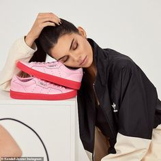 Supermodel Kendall Jenner is the face of adidas Originals spring-summer 2019 Sleek sneaker campaign, captured by Leonn Ward. Besides her colorful platform sneakers, Kendall also wears cool-girl fashion looks from the Bellista athleisure collection. Kendall Jenner Adidas, Kendall And Kylie, Fashion Models, Girl Fashion, Fashion Looks, Womens Fashion, Fashion Cover, Milan Fashion Weeks, Sexy Girl