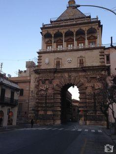 Discover Sicily: Porta nuova Palermo, Sicily, Cool Places To Visit, Trekking, Big Ben, Europe, Building, Travel, Viajes