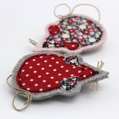 Are you interested in our Birdie Brooch? With our Embroidered Fabric Brooch you need look no further. Freehand Machine Embroidery, Free Motion Embroidery, Machine Embroidery Projects, Free Machine Embroidery, Free Motion Quilting, Hand Embroidery, Embroidery Ideas, Fabric Brooch, Felt Brooch