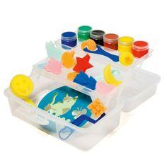 Tactilcolor est un véritable atelier d'artiste. Dans sa valisette, l'enfant dispose de nombreux tampons, pochoirs, et rouleaux pour s'essayer à différentes techniques. L'enfant peut également peindre avec ses doigts. Il découvre le plaisir du toucher avec Tactilcolor, cette peinture douce et onctueuse, très couvrante et pigmentée qui se lave d'un coup d'éponge. Le livret d'inspirations propose des idées de dessins à reproduire en précisant le matériel à utiliser. Avec cet atelier de ...
