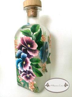 Artesanía Laria: BOTELLA DE LICOR PINTADA A MANO Painted Glass Vases, Painted Wine Bottles, Bottles And Jars, Wine Bottle Art, Wine Bottle Crafts, Recycled Glass Bottles, Hand Painted Wine Glasses, Antique Perfume Bottles, Altered Bottles