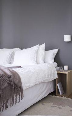 idkuva Makuuhuone täydellinen harmaa maalisävy Balmuir mohairviltti pellavalakanat Mole's Breath Farrow & Ball