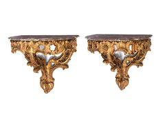 Höhe: 73 cm. Breite: 78 cm. Tiefe: 50 cm. Wohl Deutschland, 18. Jahrhundert. Holz, geschnitzt und goldgefasst. Aus einem wandseitigen Fuß mit drei gerippten...