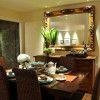 espelho refletindo adornos na sala de jantar