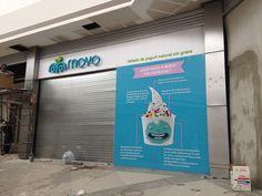 Proximamente estará listo nuestro proyecto: Moyo Multiplaza Aragón. La fachada está lista con el logotipo en letra de aluminio tipo bloque y muro azul en vidrio templado con recorte de vinil full color.