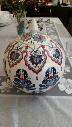 Meral Nefesoğlu Turkish Design, Turkish Art, Turkish Tiles, Blue Pottery, Pottery Bowls, Ceramic Pottery, Contemporary Vases, Arabesque Pattern, Cool Curtains