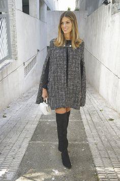 Uma grande tendência para o inverno 2015 é a capa. Anna Fasano veste um lindo modelo da Artsy.