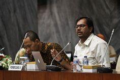 Koordinator Komisi Untuk Orang Hilang dan Tindak Kekerasan (KontraS), Haris Azhar (kanan), menjadi pembicara pada seminar…