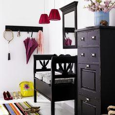 Den Flur wohnlich gestalten  Der Flur soll nicht nur Verbindungsraum und Durchgangszimmer sein. Damit wir uns sofort wohlfühlen, wenn wir unser zu Hause betreten, muss der Flur gemütlich gestaltet sein. Das klappt auch ohne viel Aufwand: Eine schöne Vase mit frischen Blumen, eine ungewöhnliche Schale für die Schlüssel, eine kleine Sitzgelegenheit mit hübschen Kissen und eine Steh-oder Tischlampe – schon hat man einen wohnlich eingerichteten Flur.