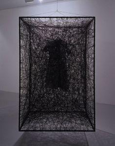 Chiharu Shiota 《トラウマ/日常》 2007年 糸、鉄枠、服、アクリル絵の具 ©Chiharu Shiota 2008年度 | 2000年代 | 過去の展覧会 | 展覧会 | NMAO:国立国際美術館