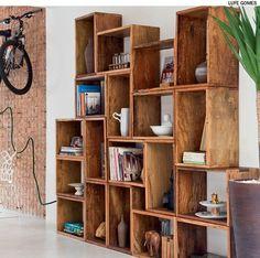 Feitos por um marceneiro, caixotes de madeira formam uma estante na casa reformada pela arquiteta Rachel Nakata. Eles estão simplesmente apoiados uns sobre os outros, sem parafusos ou qualquer sistema de fixação.