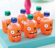 Vai rolar um encontro dos amigos do seu filho na sua casa? Decore as garrafinhas de refrigerante com papel adesivo