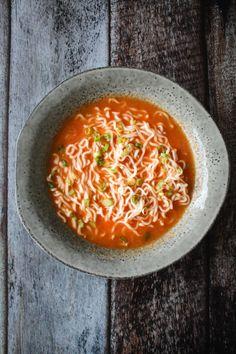 Sriracha Nudelsuppe - Denne sriracha suppe er så god! Den er vegetarisk, men du kan altid tilføje kylling. Det er ikke en stærk suppe, selvom den har chili i, men den har et godt kick. Perfekt til det kolde vejr. #suppe #nudler #vegetar #aftensmad